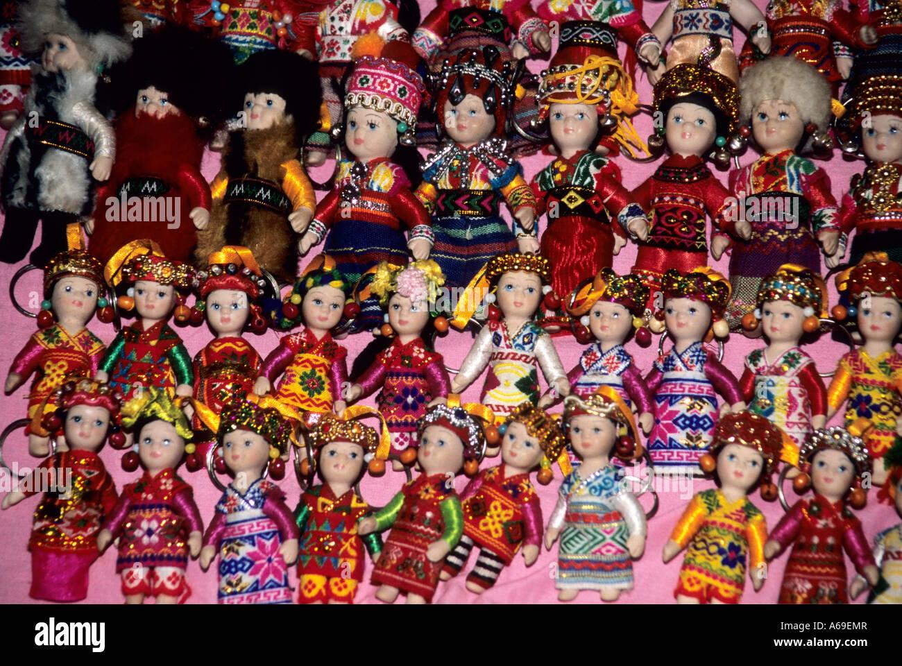 Piccole bambole (chiavi) in variopinti costumi tradizionali per la vendita sul mercato notturno in Luang Prabang. Immagini Stock