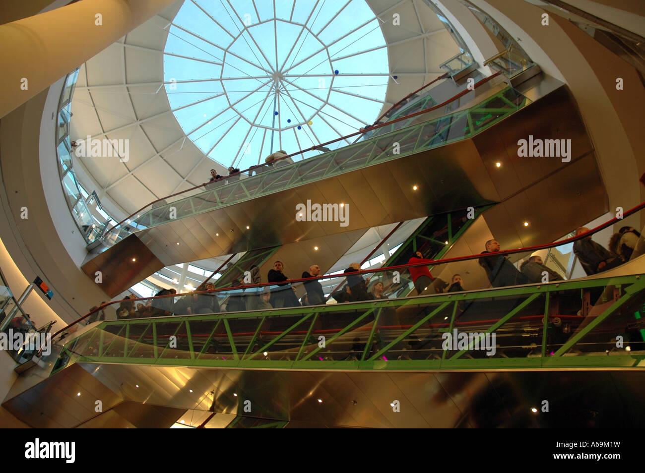 Scale mobili in Zlote Tarasy (Golden terrazze) centro commerciale di ...