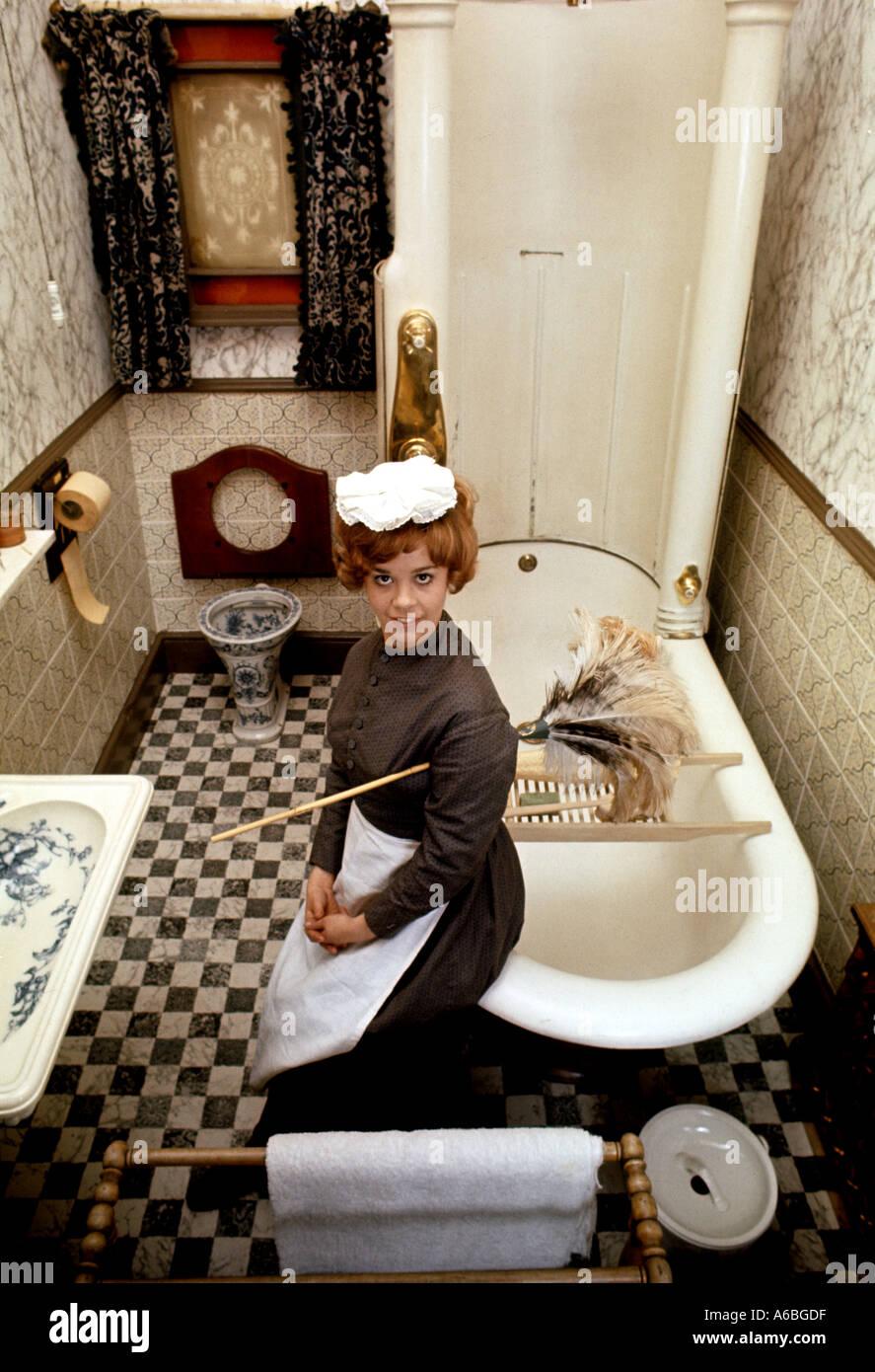 Un bagno in stile vittoriano con casa CAMERIERA IN COSTUME A YORK Folk Museum Regno Unito Immagini Stock