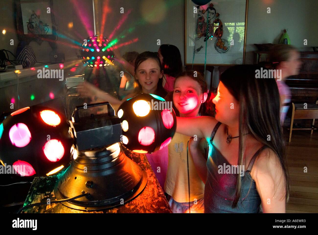 9 anno di età le ragazze alla discoteca festa di compleanno Immagini Stock