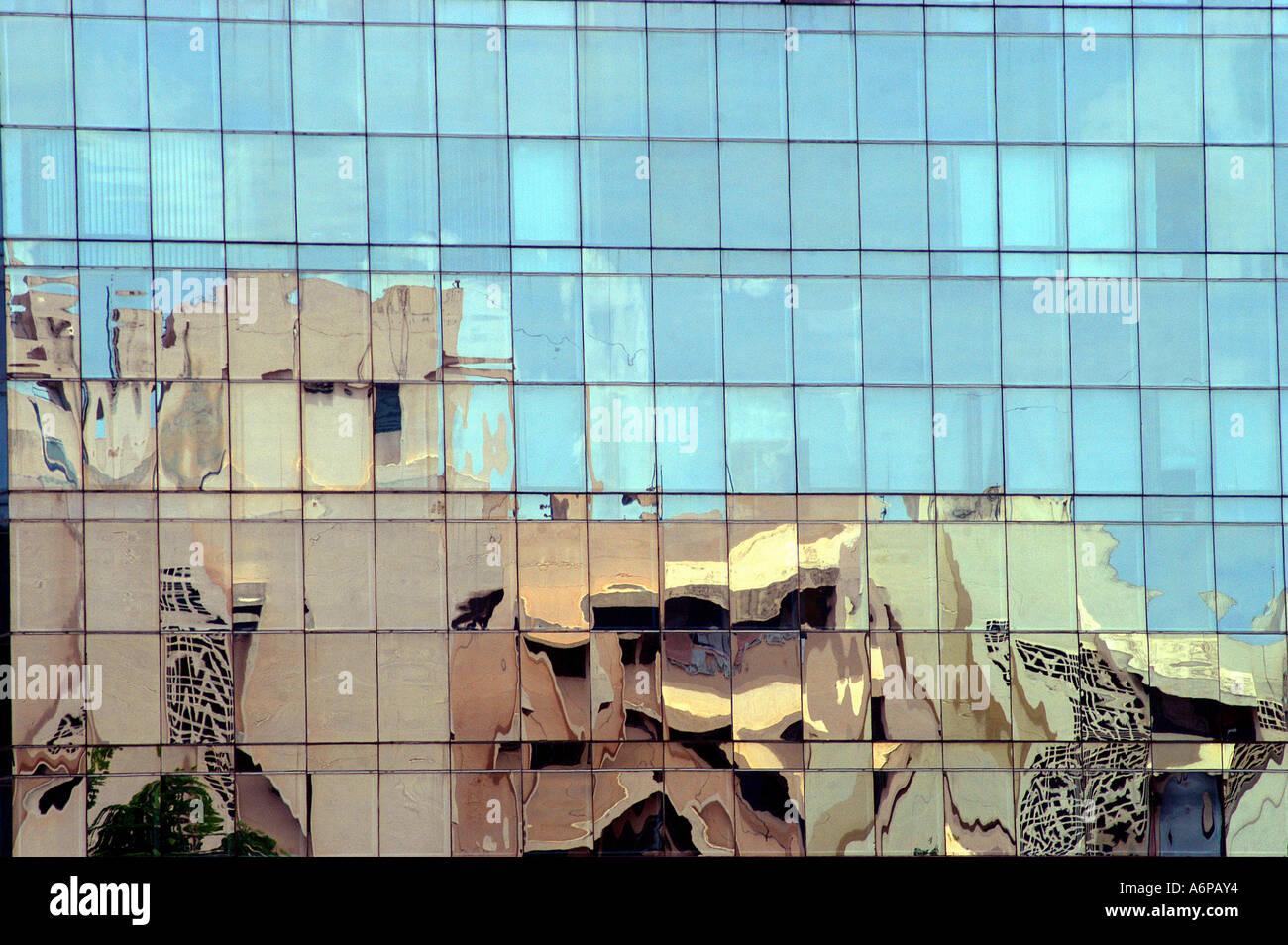 La riflessione di edificio sul moderno edificio di vetro nella città di Bangalore Karnataka India Immagini Stock