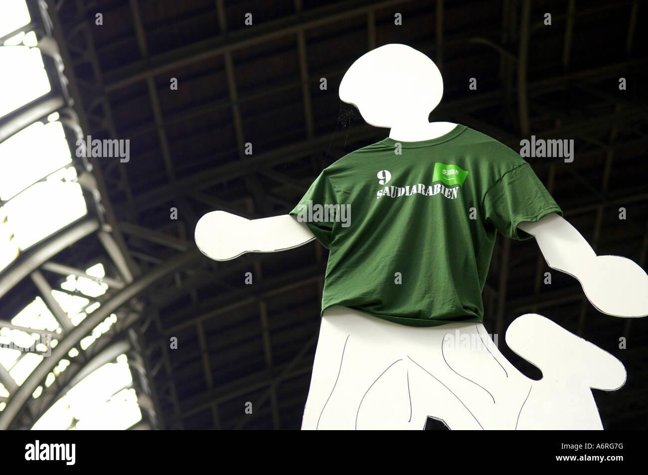 La figura Amburgo stazione ferroviaria Bahnhof convoglio ferroviario deutschebahn DB calcio sport calcio tedesco Immagini Stock