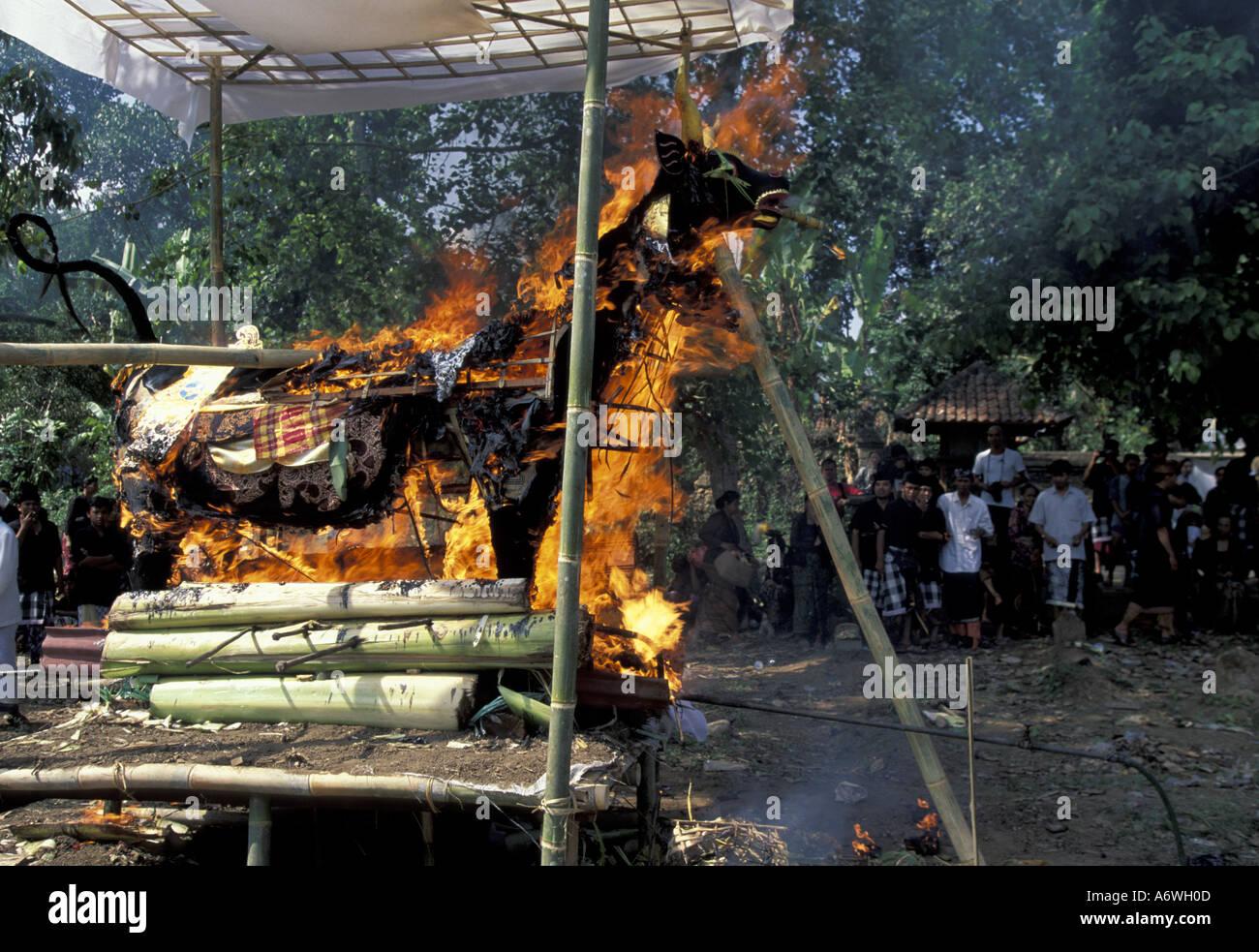 Asia Indonesia Bali, Gianyar. Pira funeraria brucia a cerimonia Indù Foto  Immagine Stock