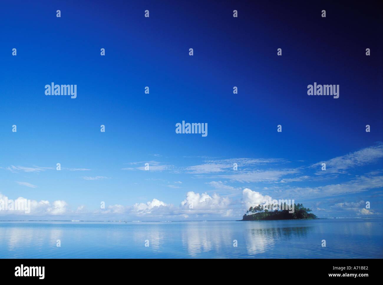 Piccola isola tropicale all'orizzonte in Isole Cook Oceano Pacifico del Sud Immagini Stock