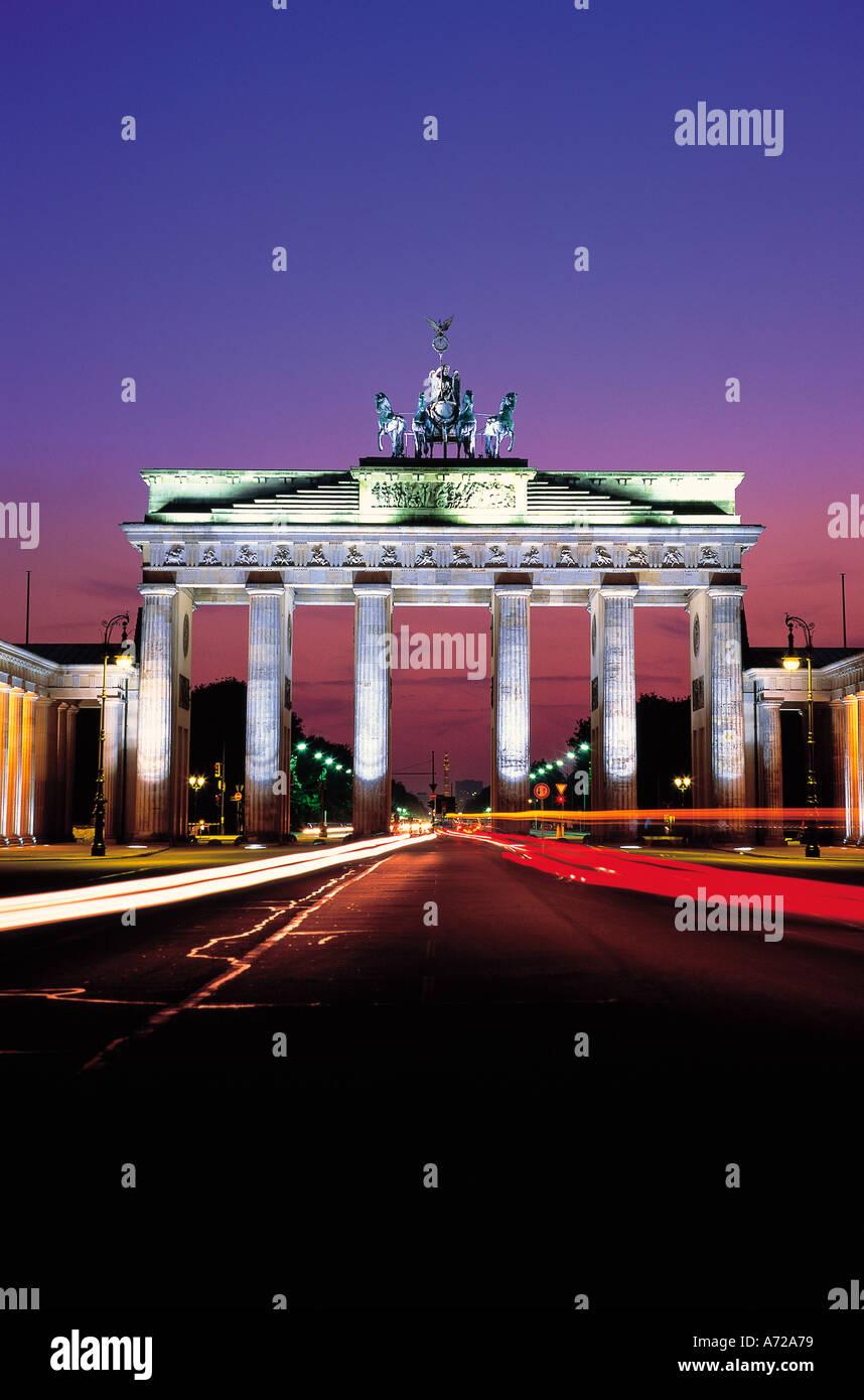 Brandenburger Tor la Porta di Brandeburgo di notte Berlino Germania Foto Stock