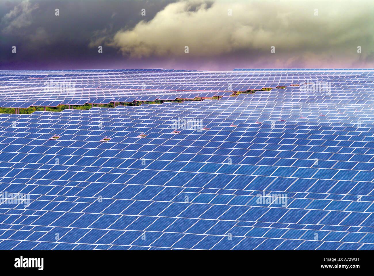 Le celle solari rivolta al sole presso il più grande Parco Solare di Europa, Brinches, Serpa, Alentejo, Portogallo Immagini Stock