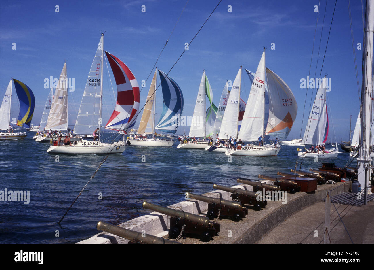 Yachts attraversando traguardo Cowes Week Isola di Wight in Inghilterra Immagini Stock