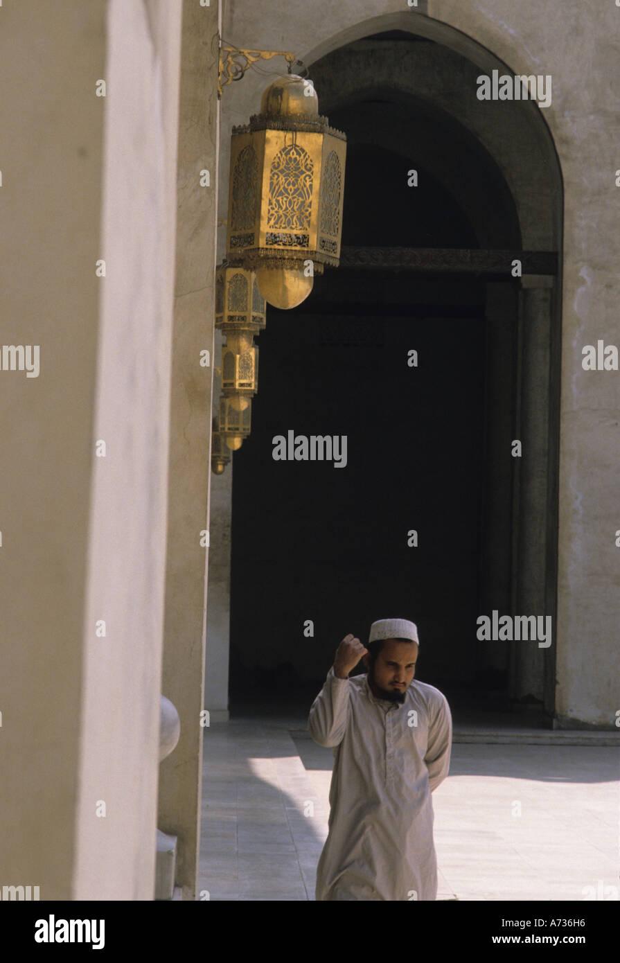 Uomo che prega Hakim Mosque Cairo Immagini Stock