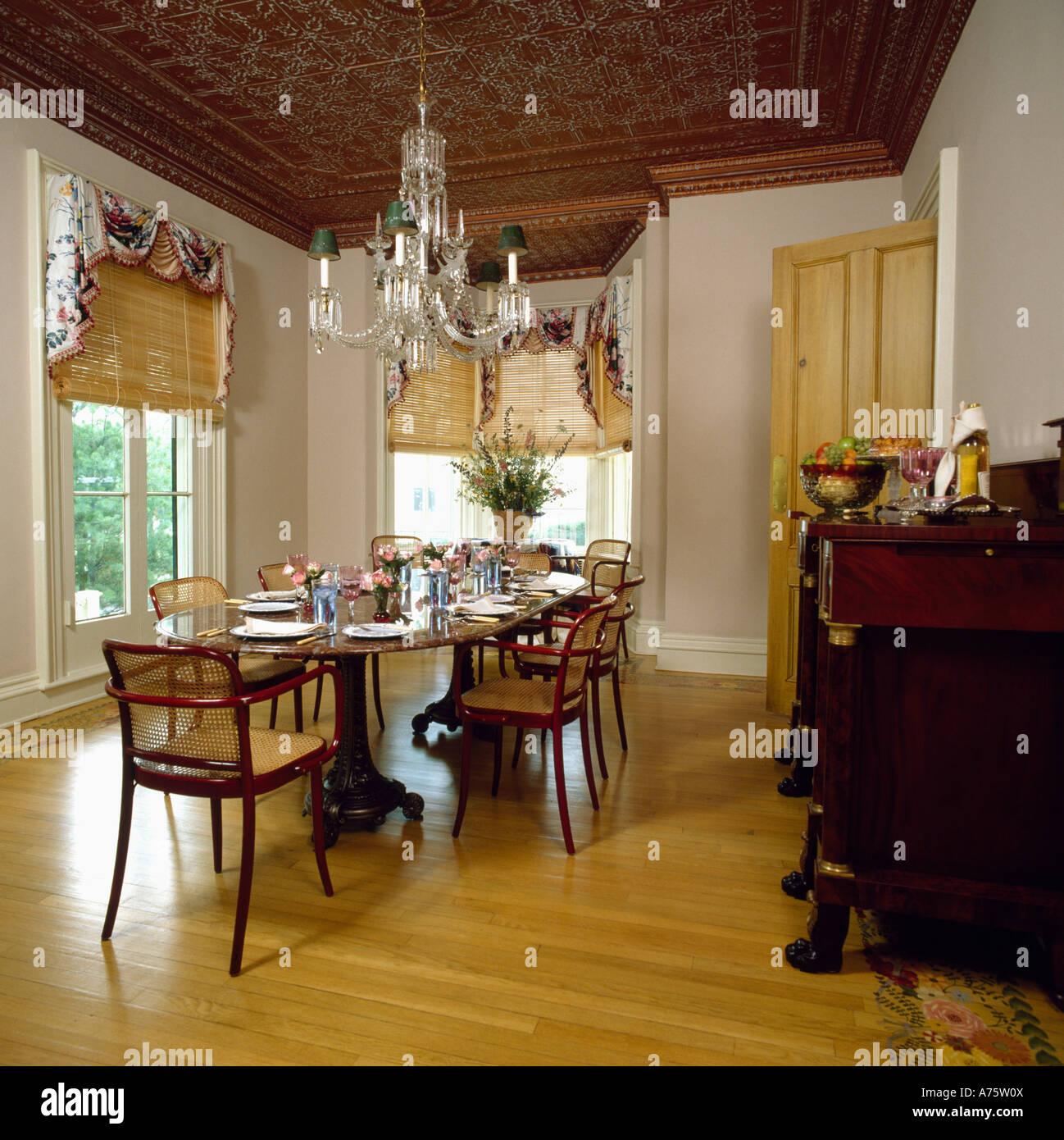 Paese sala pranzo con un lampadario sopra tavolo e pavimento ...