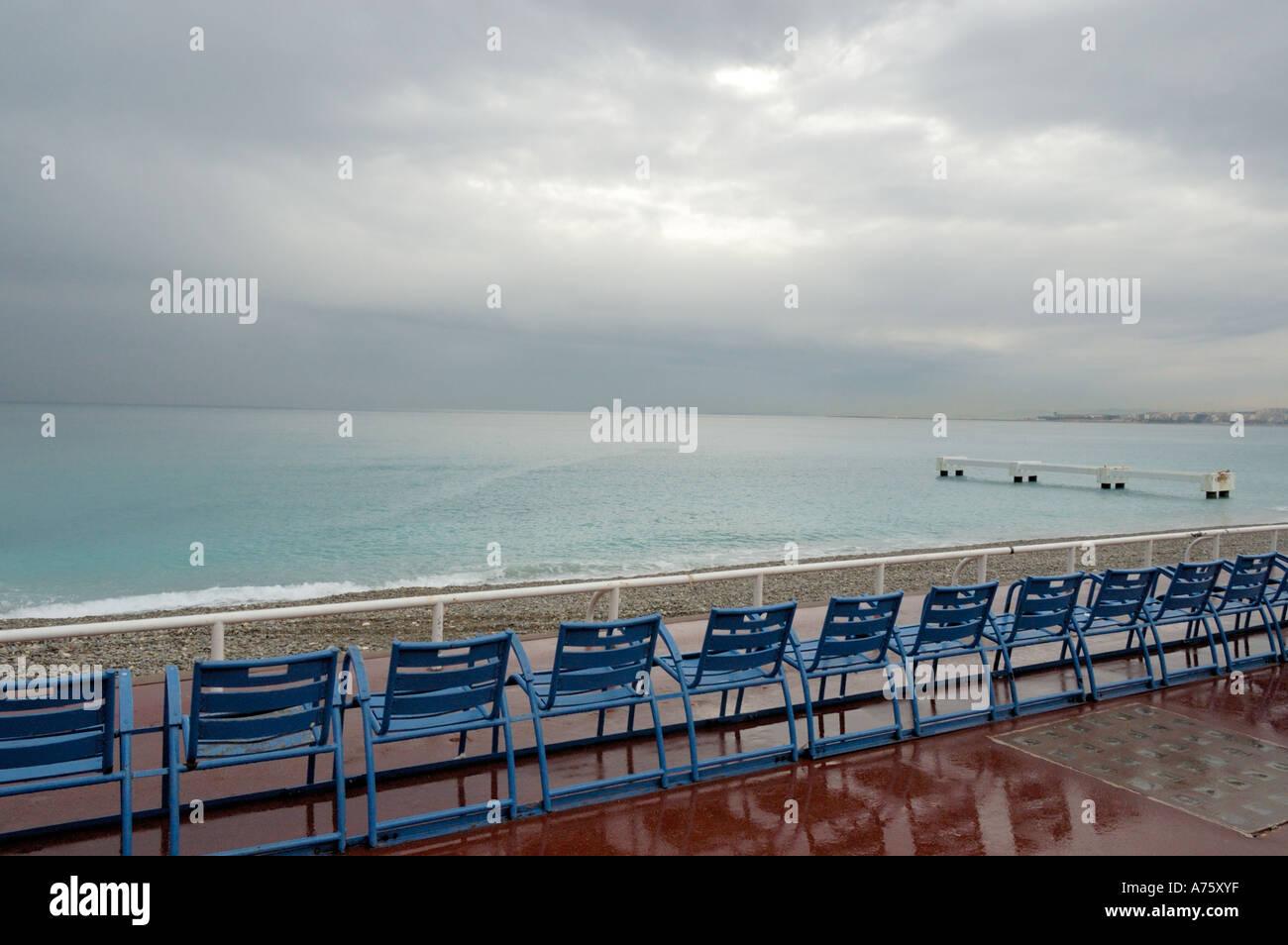 Sedie Blu Nizza : Sedie blu allineate sulla promenade des anglais nizza francia foto
