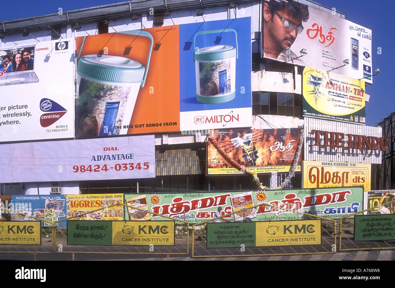 Enormi pannelli pubblicitari che copre il Cinema indù in Tiruchirapalli Tamil Nadu India Immagini Stock
