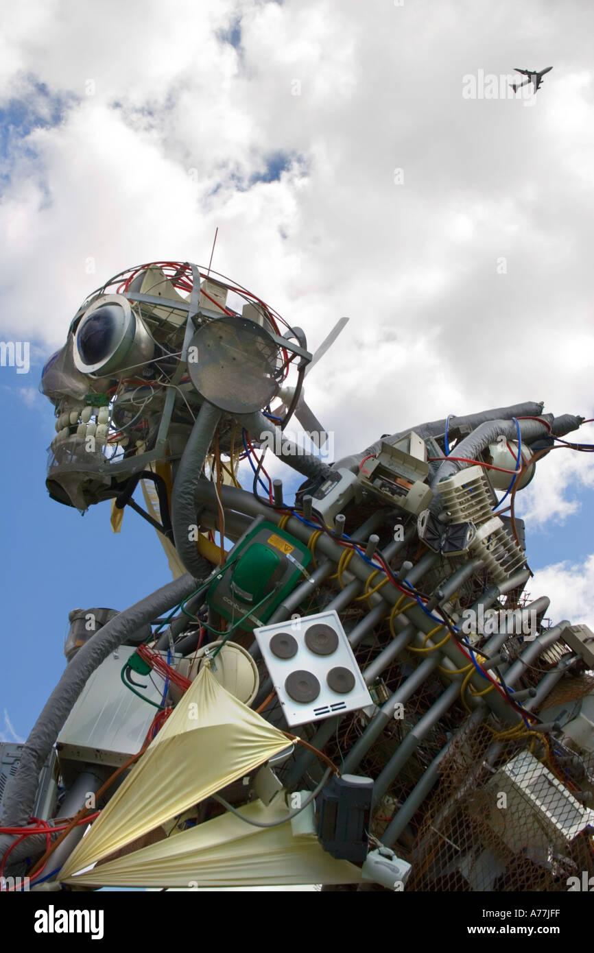 Weeeman - scultura gigante fatta di rifiuti elettronici - in il Tower Bridge di Londra Immagini Stock