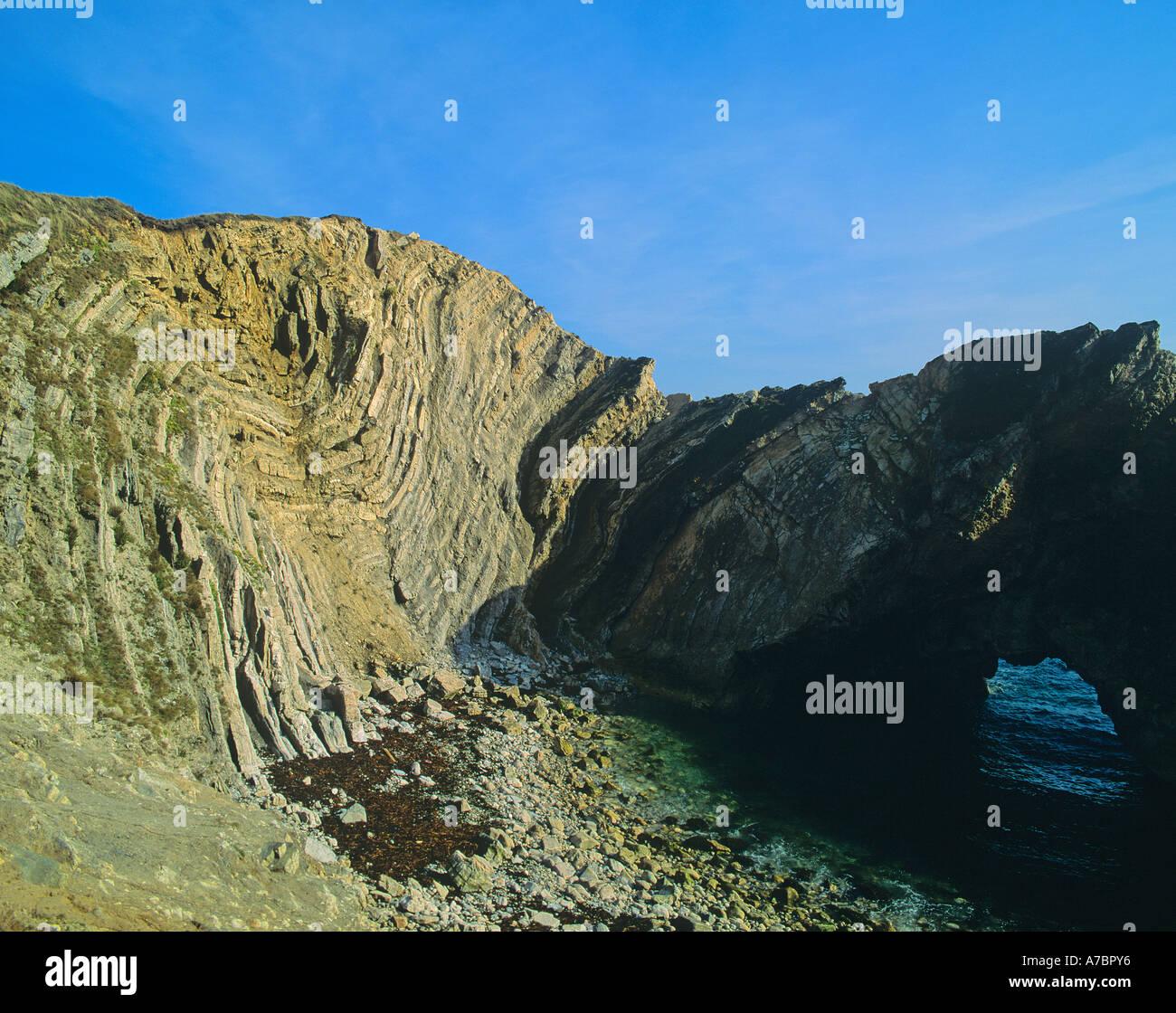 Lulworth Crumple Twisted strati di strati di roccia causato dalla pressione e la circolazione sulle scogliere di Lulworth Cove Dorset INGHILTERRA Immagini Stock