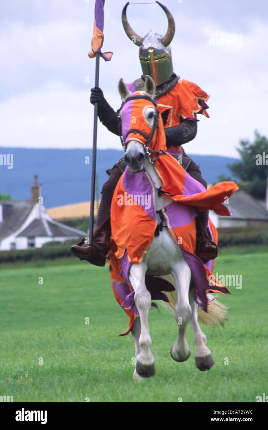 Cavaliere medievale al galoppo il suo cavallo in azione Immagini Stock