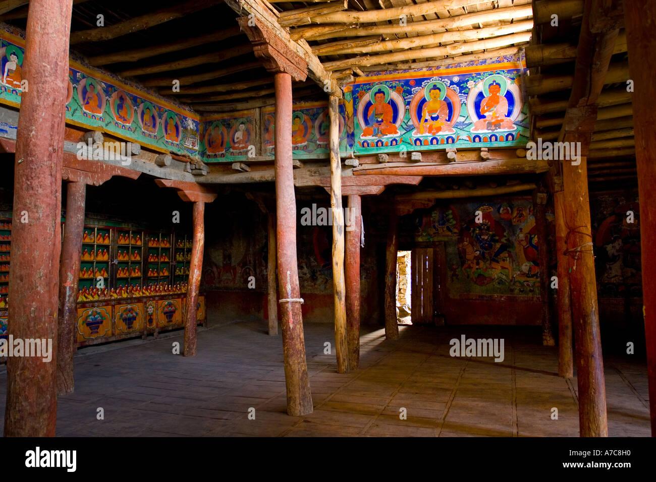 Uno dei molti saloni del monastero di Thiksey vicino a Leh Thiksey Ladakh Himalaya indiano Immagini Stock