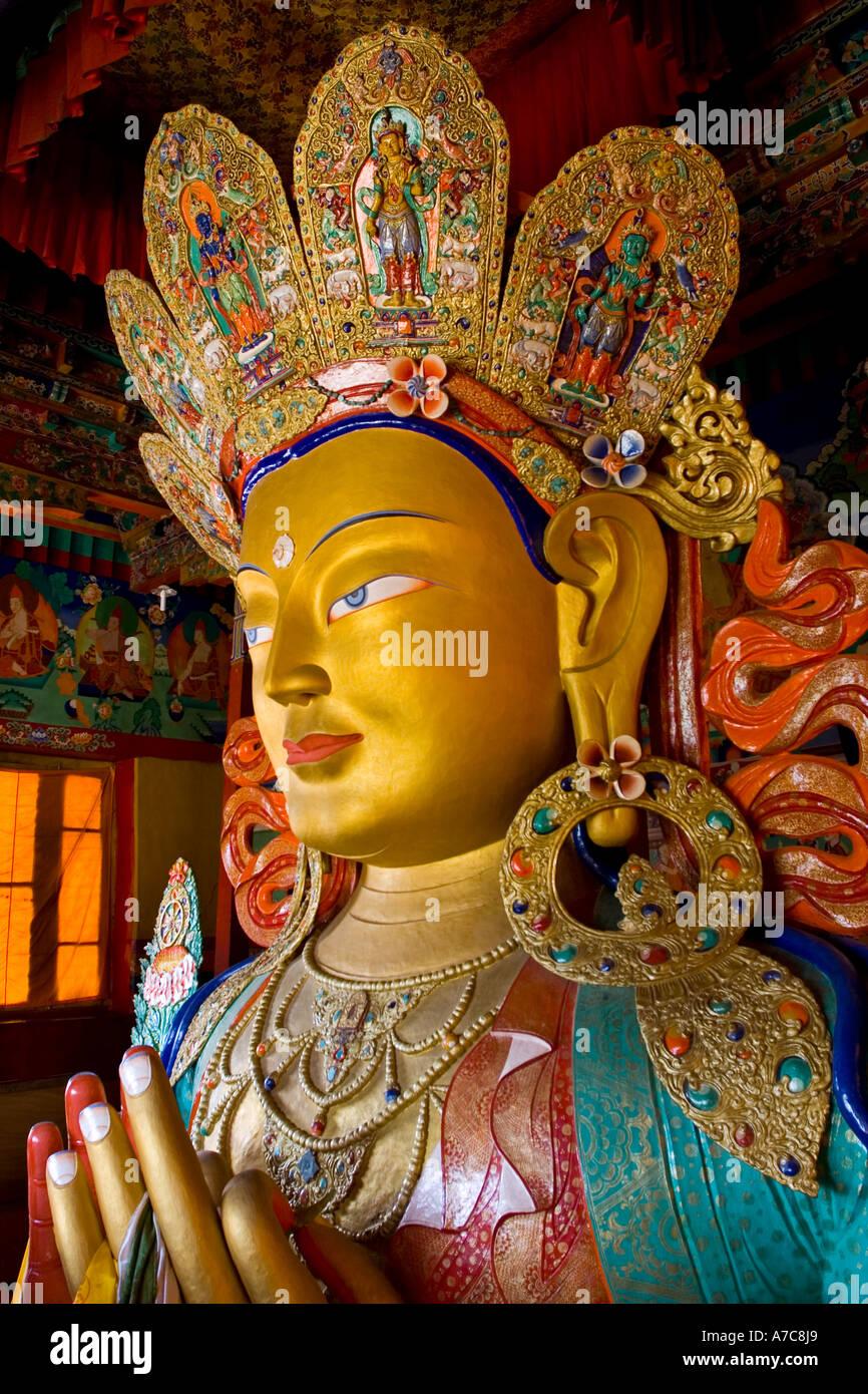 Dettaglio del massiccio di Buddha all'interno del monastero di Thiksey Ladakh Himalaya indiano Immagini Stock