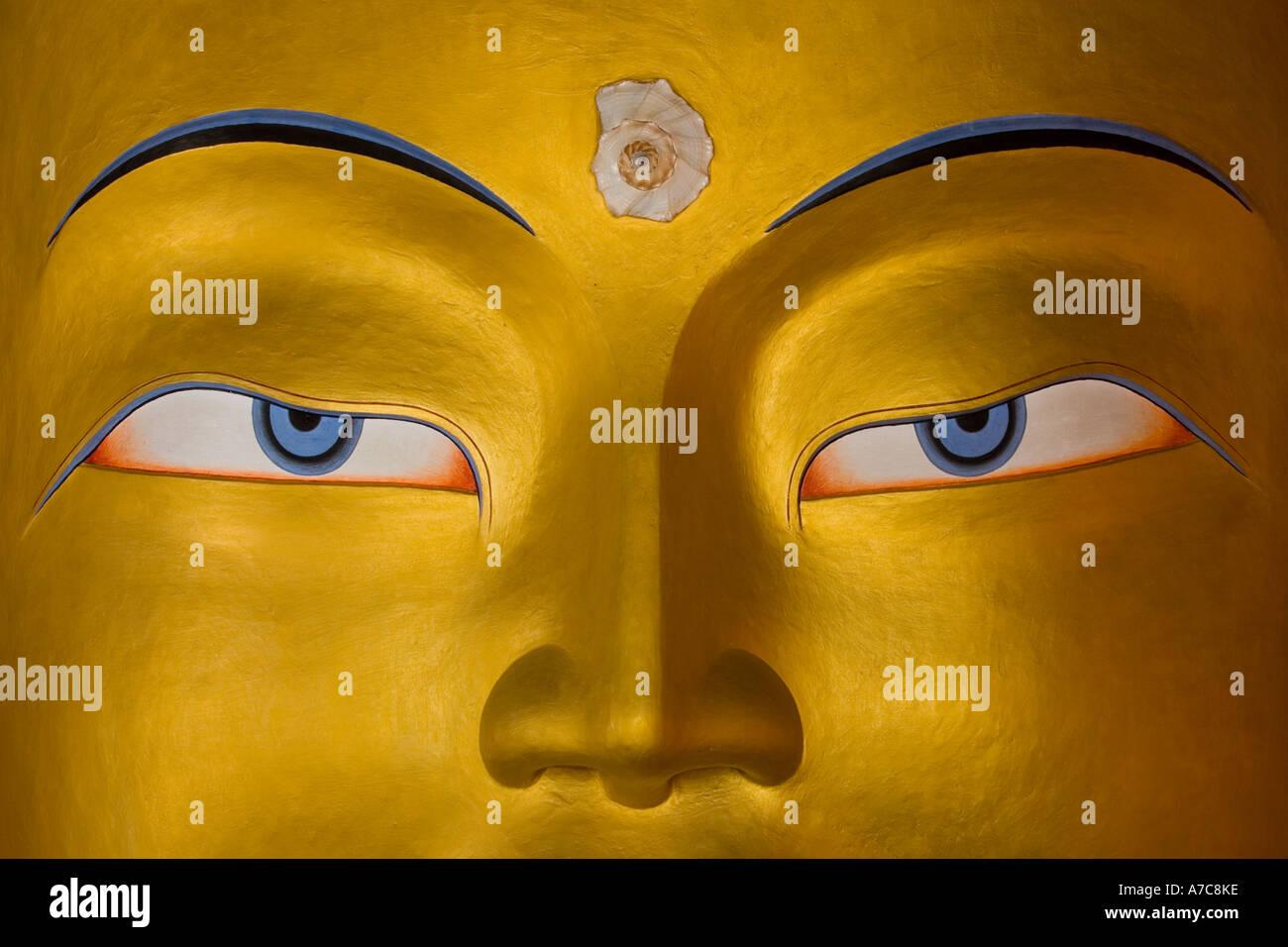 Dettaglio della bella enorme Buddha che sorge all'interno del monastero di Thiksey Thiksey Ladakh Himalaya indiano Immagini Stock