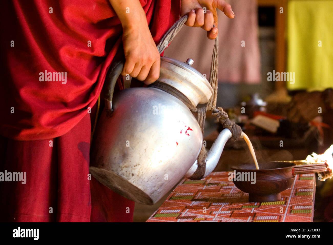 Giovane Monaco puring tè durante la cerimonia - Ladakh - Himalaya indiano Immagini Stock