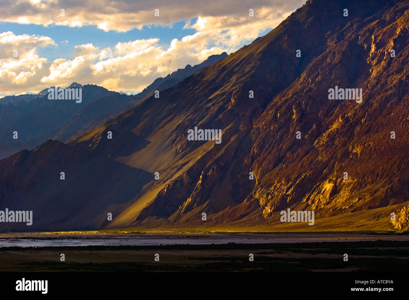 Il paesaggio intorno a Diskit Gompa Diskit Himalaya indiano Immagini Stock
