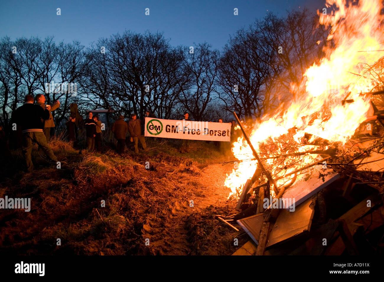 Protesta GM colture geneticamente modificate Dorset banner folla di persone campo rotante anti incendio agricoltura Immagini Stock