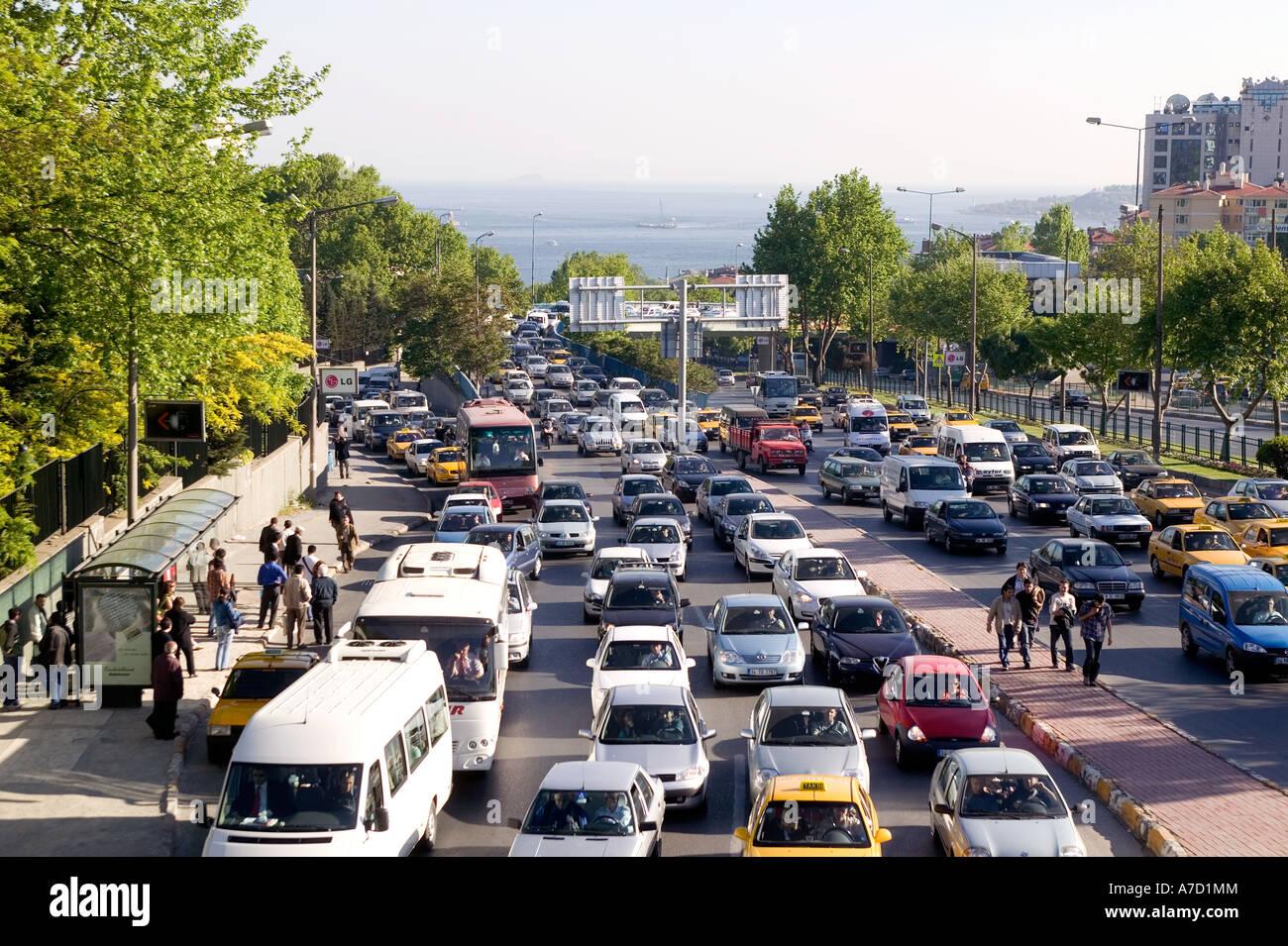 Il traffico pesante su Istanbul City Road a Ortakoy Immagini Stock