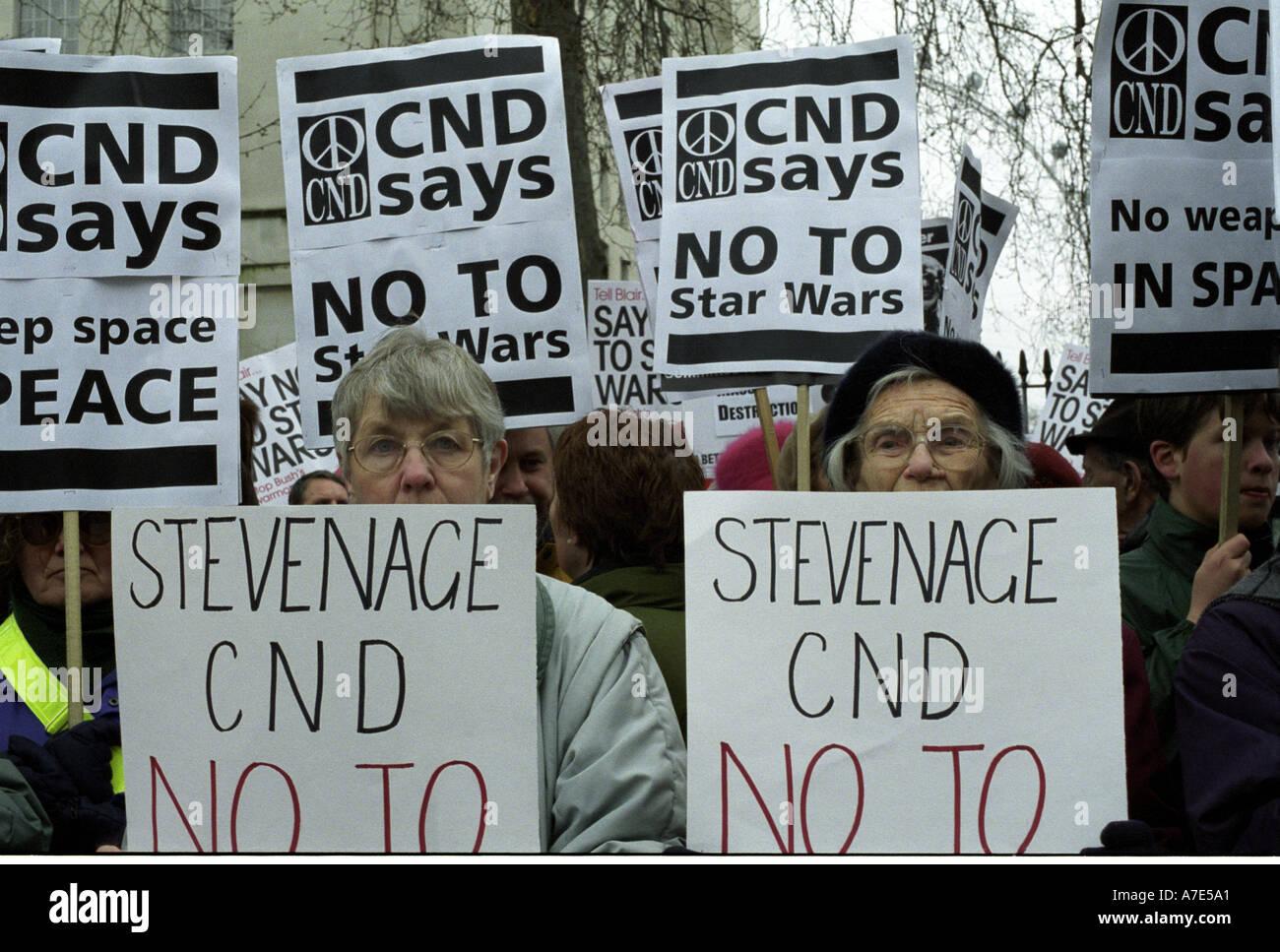 CND protesta al di fuori di Downing Street contro Star Wars Immagini Stock