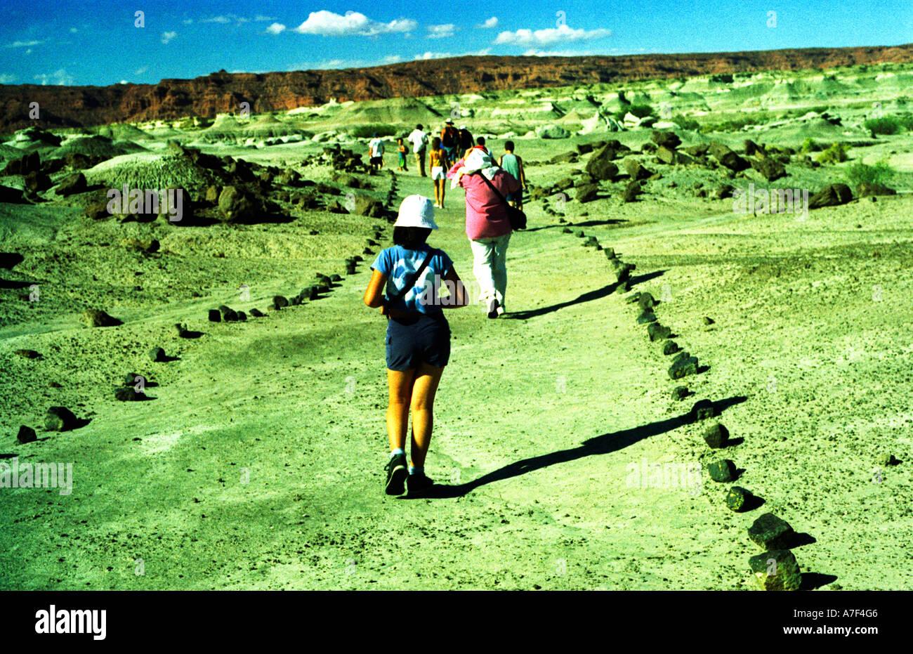 Rocio è un giovane fotografo e turist,lei cammina sulla Valle della Luna Immagini Stock