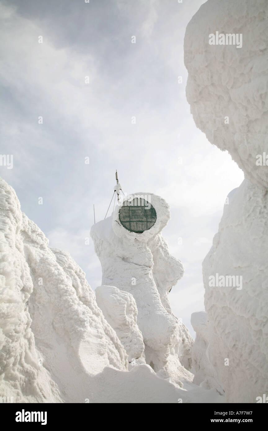 Coperta di neve le comunicazioni via satellite dish mostri di neve ghiaccio alberi ricoperti di montagna hakkoda Foto Stock
