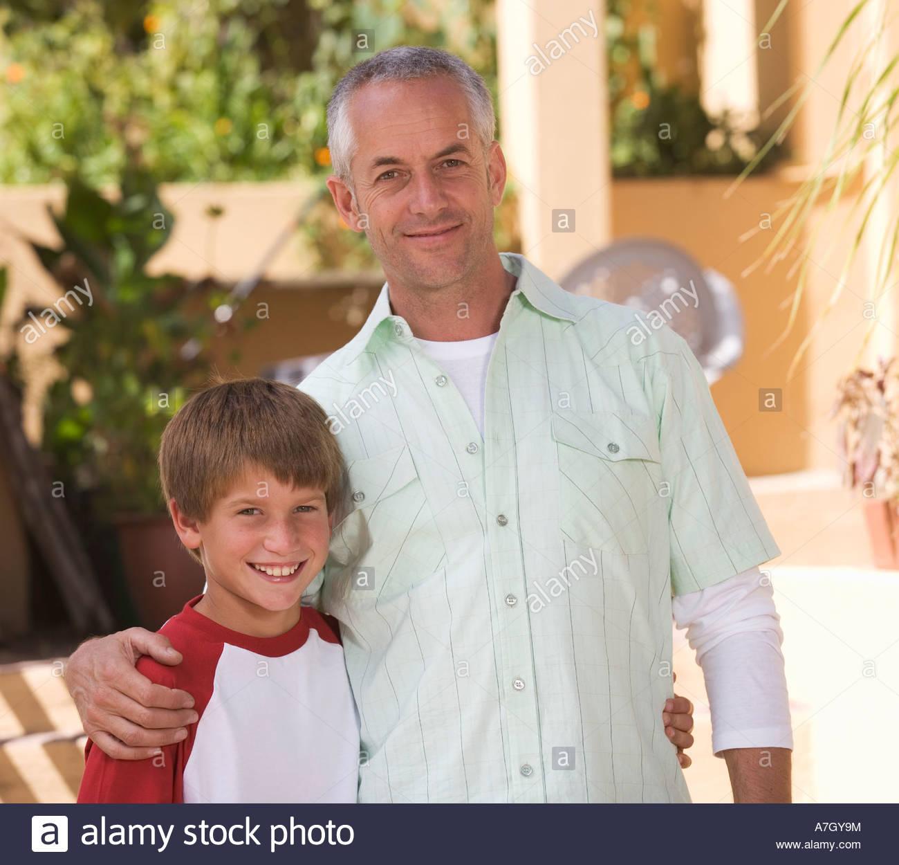 Ritratto di un padre con il suo giovane figlio Immagini Stock
