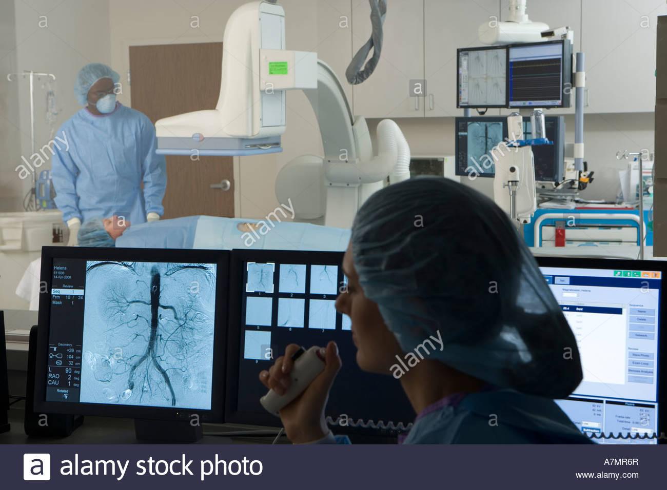 I medici la scansione il paziente in ospedale focus sulla donna che guarda al petto di scansione sul monitor visivo Immagini Stock