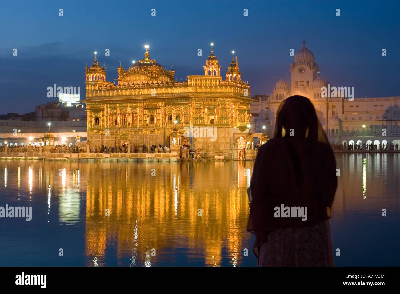 Donna indiana pregando, Sikh Tempio d'oro di Amritsar Punjab, India Immagini Stock