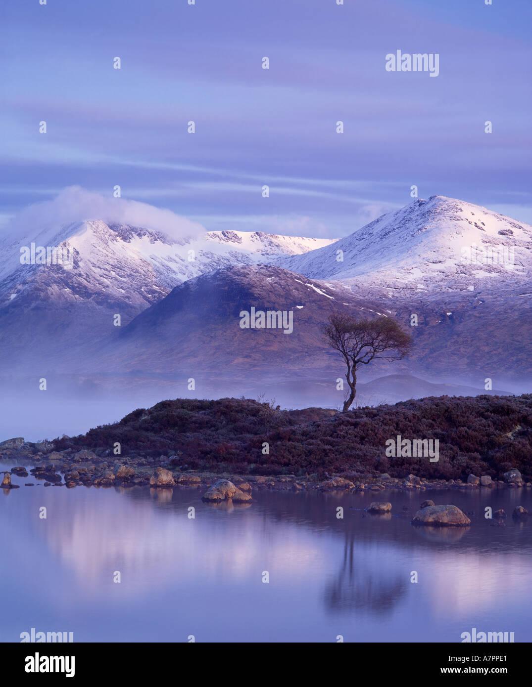 Lochan na h Achlaise, Meall un Bhuiridh e il Monte Nero, Rannoch Moor, Lochaber, Highland, Scotland, Regno Unito Immagini Stock