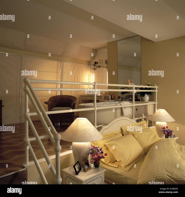 A livello diviso camera da letto con bagno privato Foto & Immagine ...