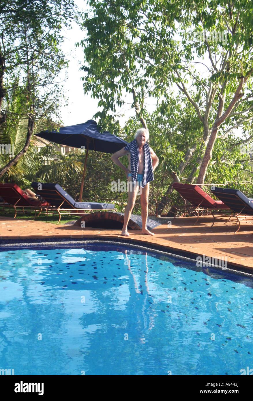 Visitatore gode della piscina presso lo spettacolare progettato Nilaya Hermitage boutique hotel in Goa in India Immagini Stock