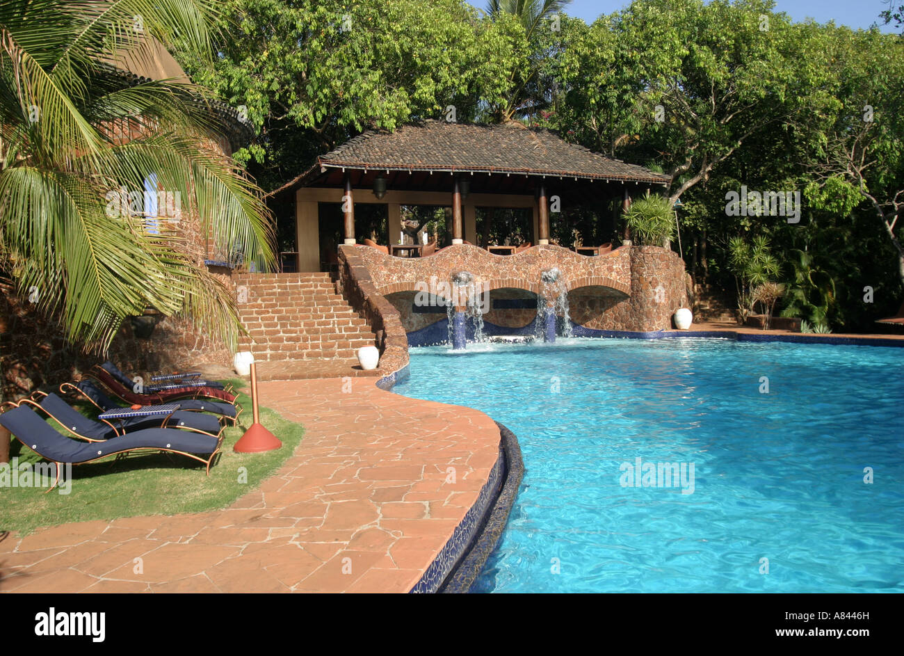 Piscina dalle forme libere all'spectaculary progettato Nilaya Hermitage boutique hotel in Goa in India Immagini Stock