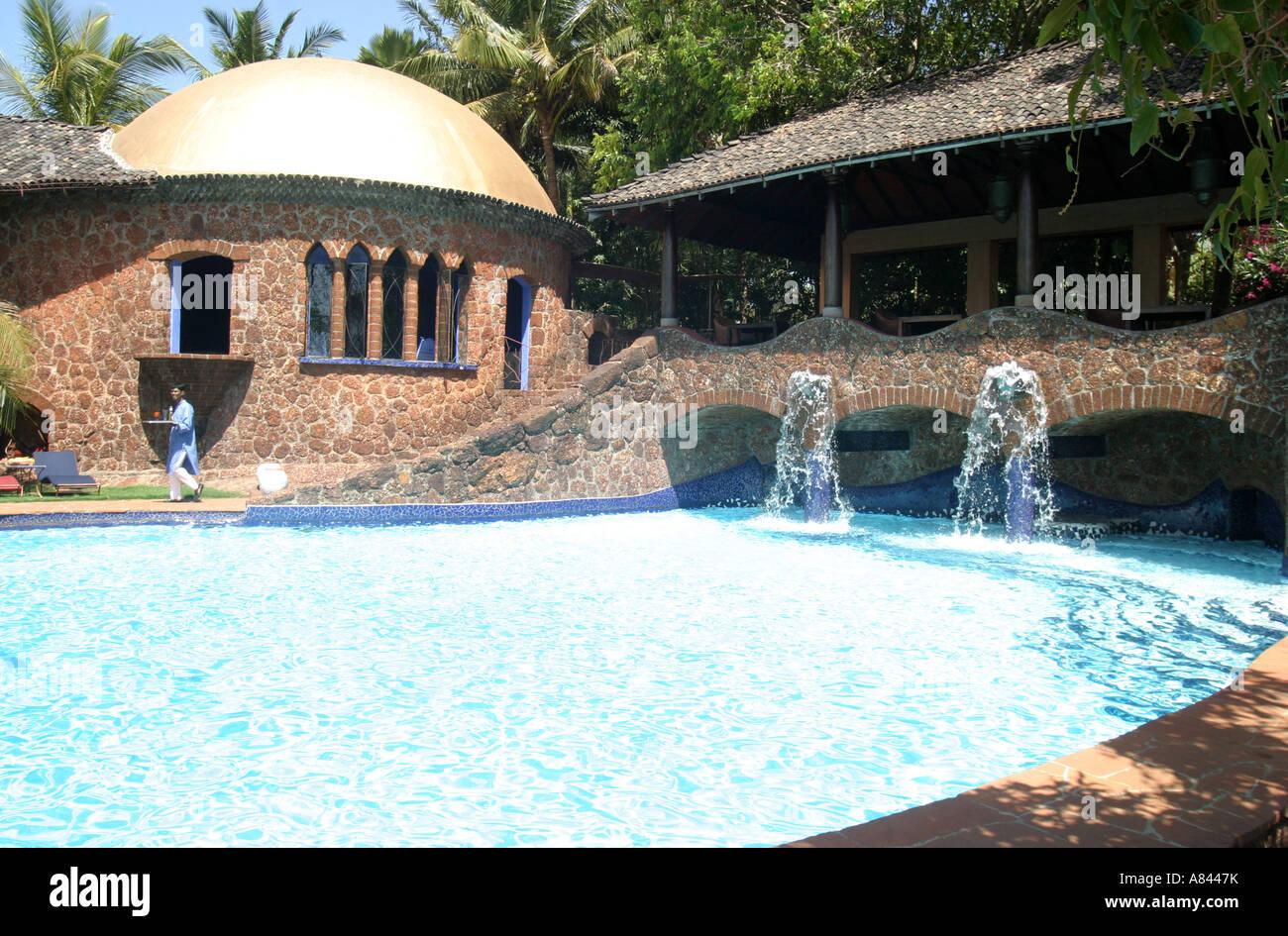 Piscina dalle forme libere con fontane a th spettacolarmente progettato Nilaya Hermitage boutique hotel in Goa in Immagini Stock