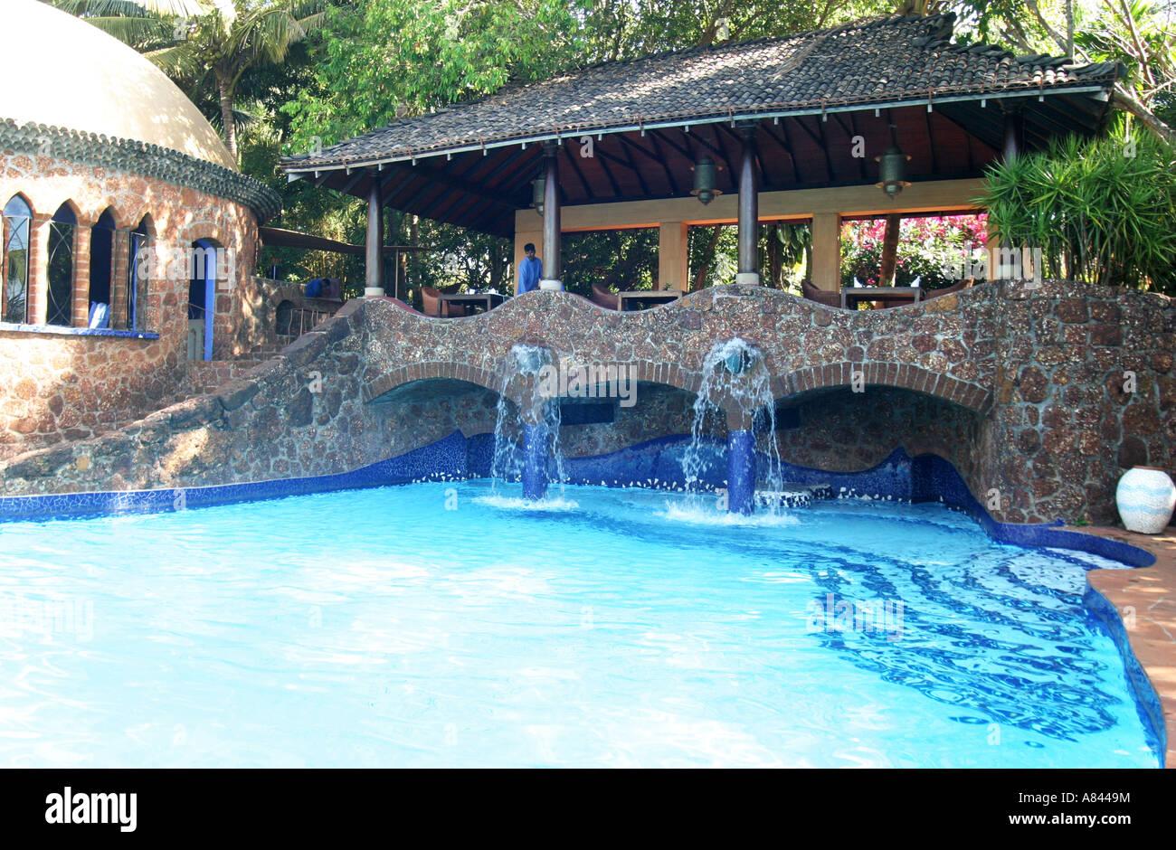 Fontana di beccucci in piscina dalle forme libere di spettacolarmente progettato Nilaya Hermitage boutique hotel Immagini Stock