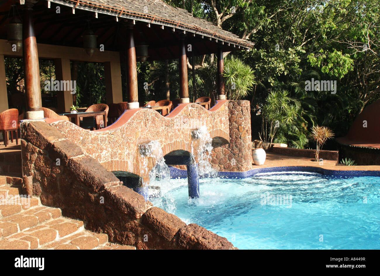 Fontana di beccucci in piscina dalle forme libere di spettacolare progettato Nilaya Hermitage boutique hotel in Immagini Stock