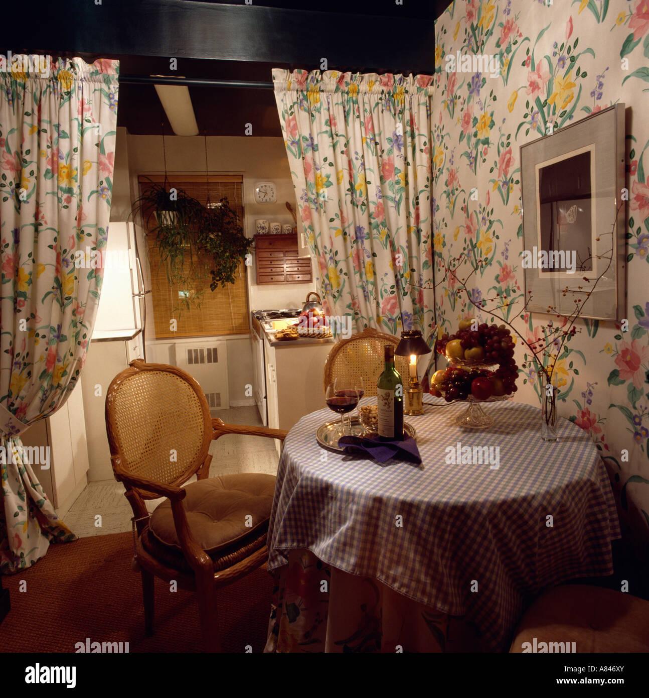 Tende Sala E Cucina tradizionali sedie e tavolo circolare in sala pranzo con
