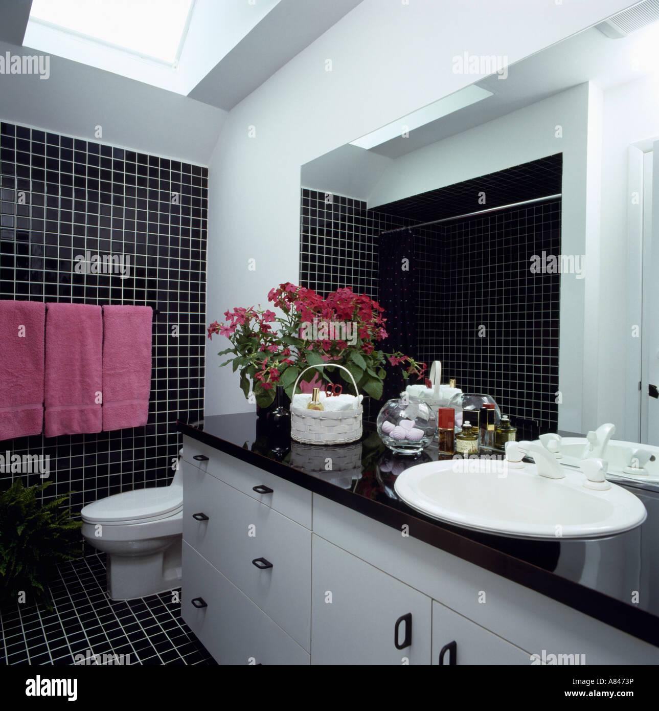 Bagno Rosa E Nero asciugamani rosa sulla rampa sul muro nero in bianco e