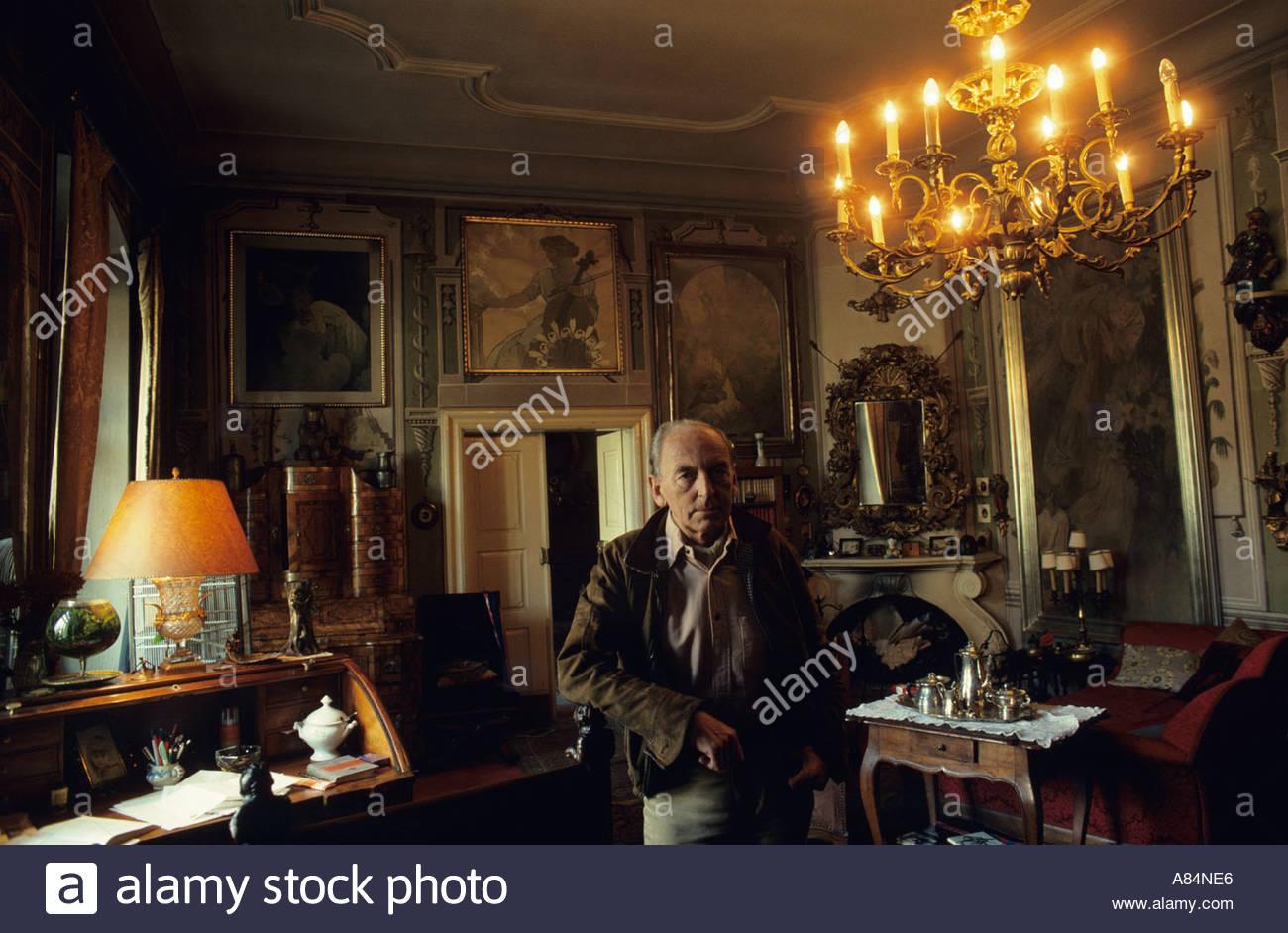 JIri Mucha circondato con il lavoro dal suo artista padre Alfons Mucha, Praga, Cecoslovacchia Immagini Stock
