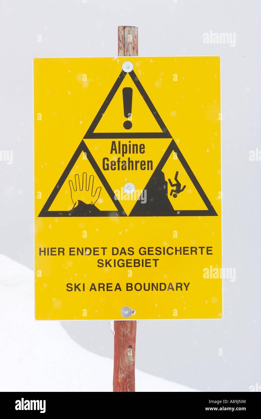 Segnale di avviso circa i pericoli delle alpi Immagini Stock