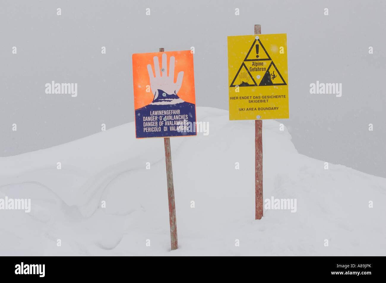 Cartelli di avvertimento sui pericoli delle alpi Immagini Stock
