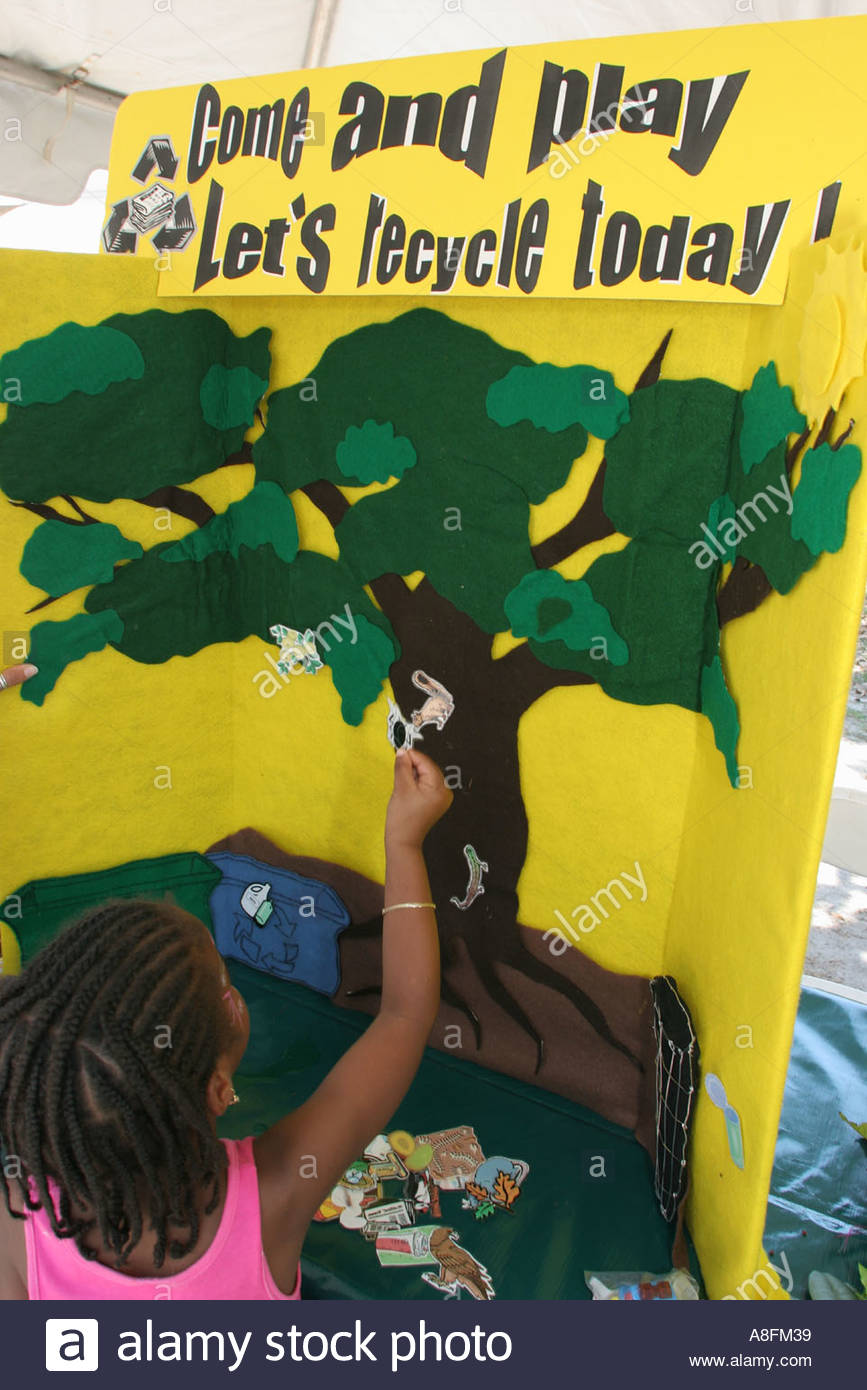 Miami Florida Little Haiti Earth Day Festival nero Haitian studentessa riciclare presentano gioco Immagini Stock