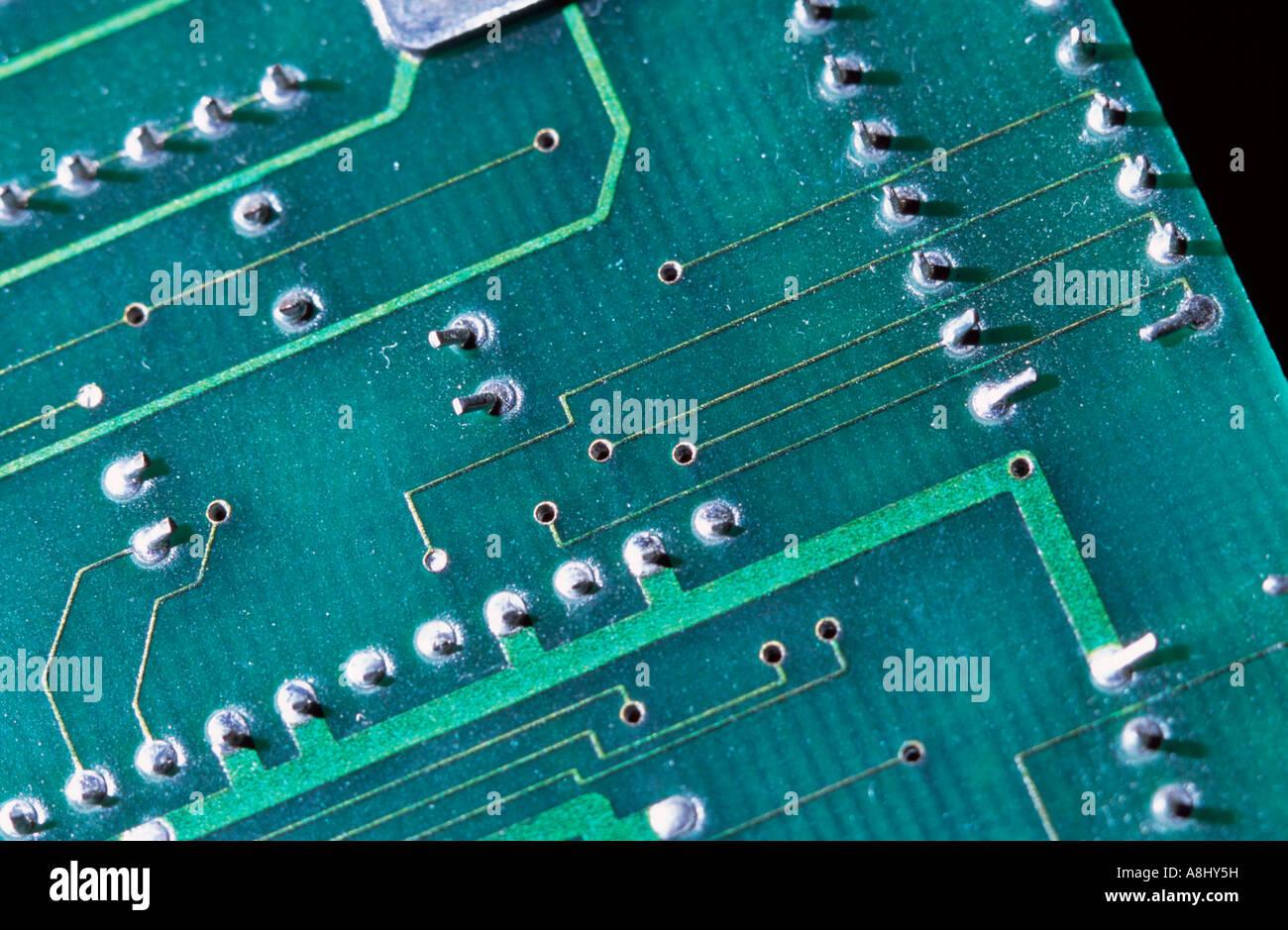 Eectronics scheda a circuito stampato che mostra tracce conduttive e foro passante i collegamenti Immagini Stock