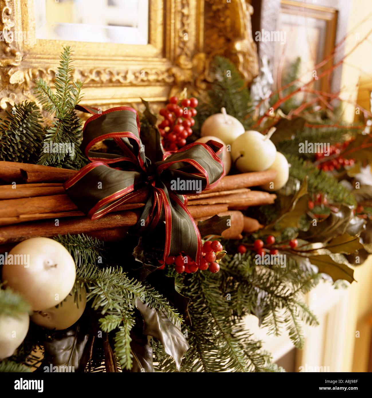 Decorazioni Natalizie Con La Cannella.Camino Di Natale Decorazione Con Cannella Pino E Candele