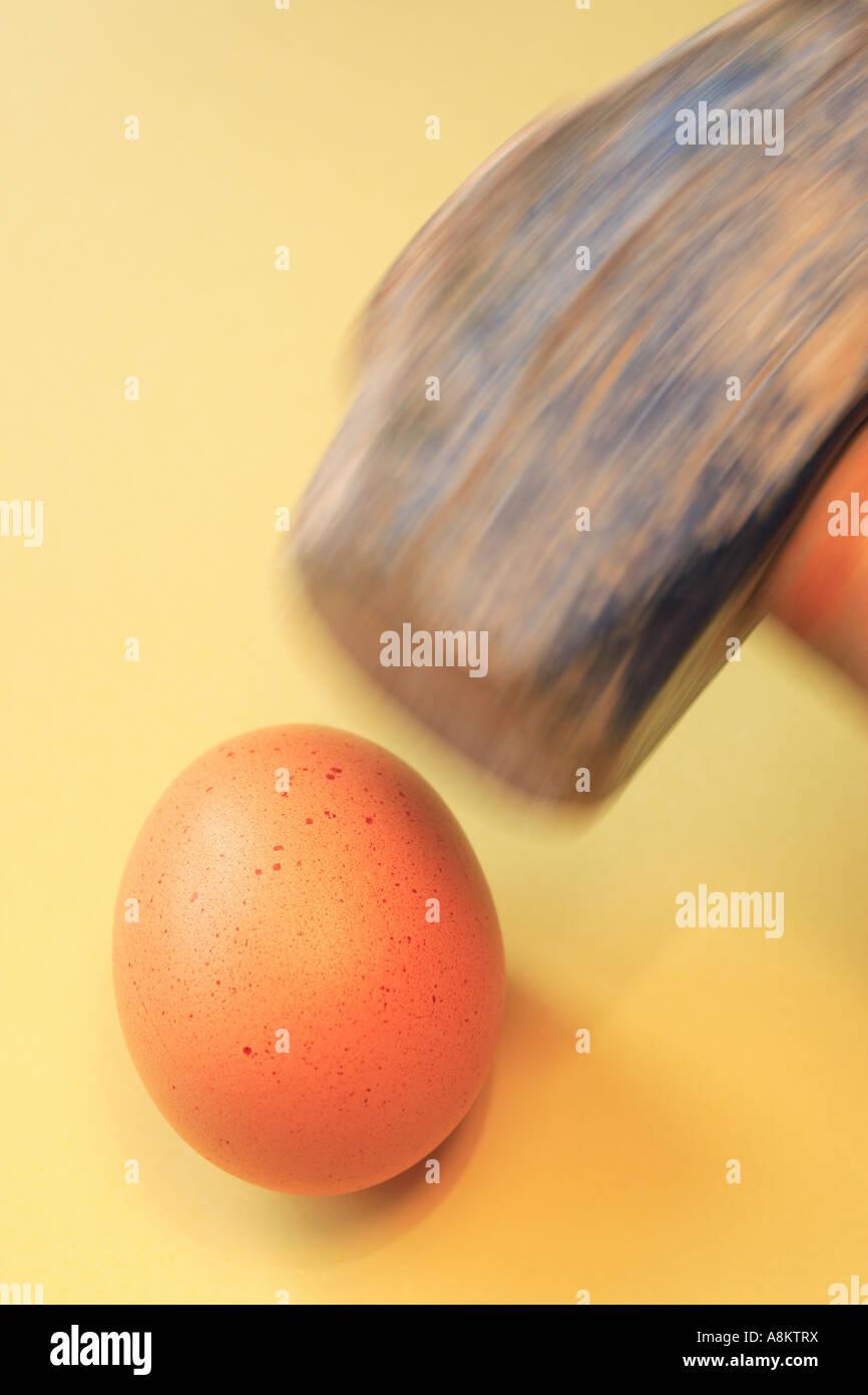 Uovo e martello Immagini Stock