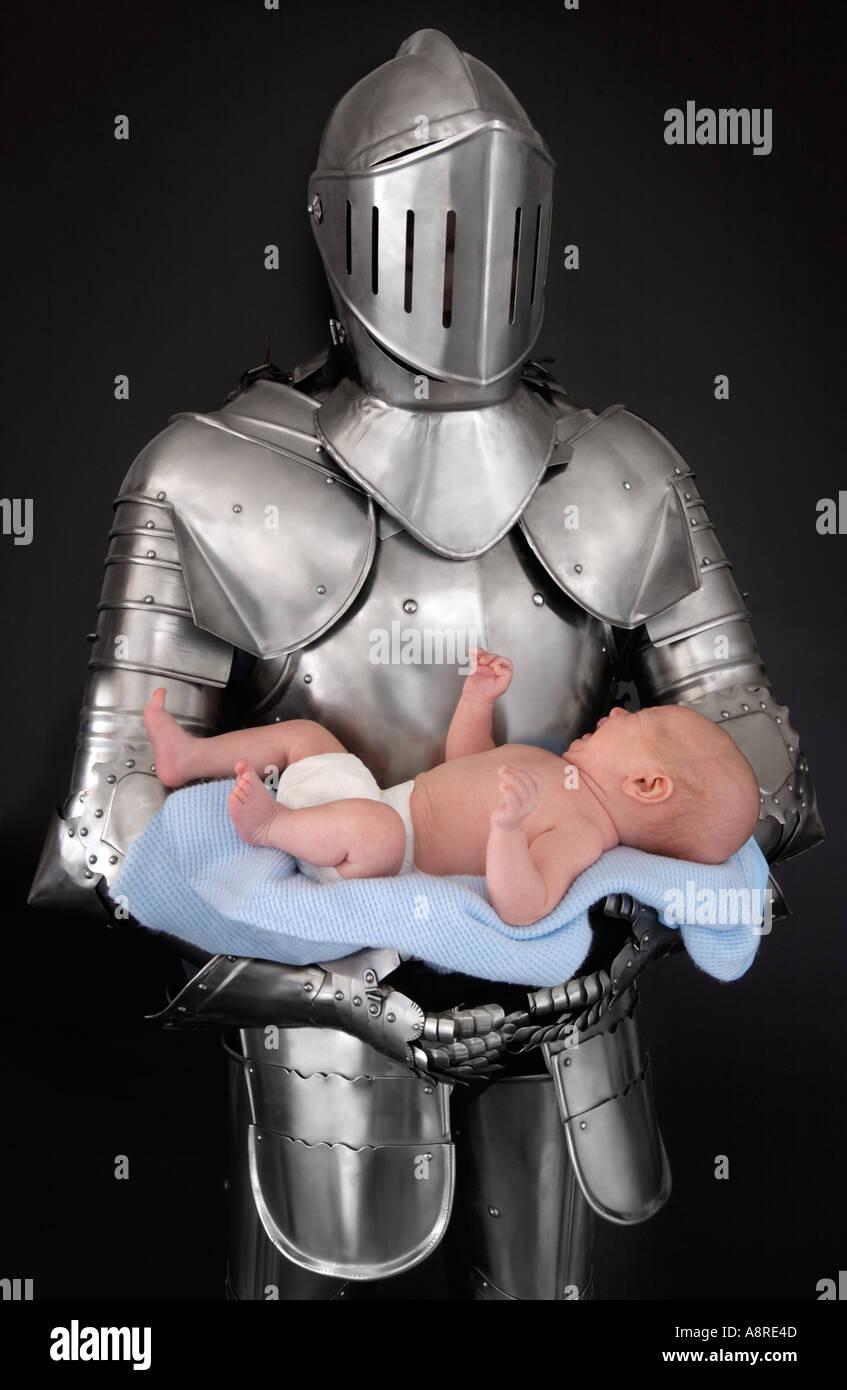 Knight in armor suit baby di contenimento Immagini Stock