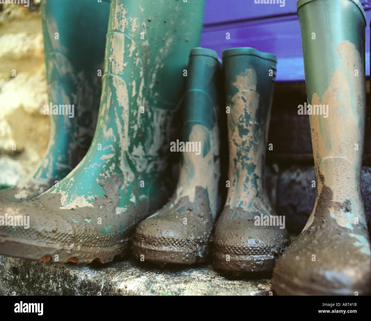 Una famiglia di stivali da pioggia sulla porta di casa in