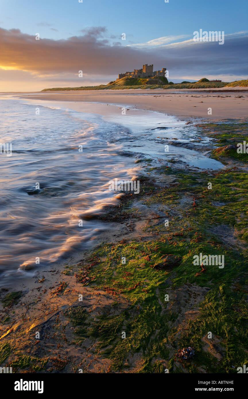 La spiaggia al castello di Bamburgh Northumbria England Regno Unito Immagini Stock